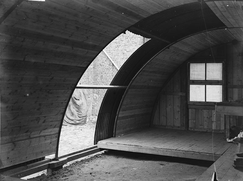 The construction of a Nissen Hut © IWM (Q-36016)